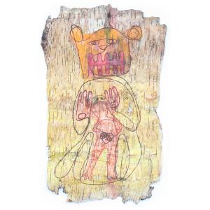 Ein Stück Birkenrinde mit eingebrannter Zeichnung. Sie zeigt einen Menschen, der von einem Bären geschützt wird. Die Zeichnung ist in gelb, orange, rot coloriert. Bild verlinkt zu den Arbeiten 22 und 23.