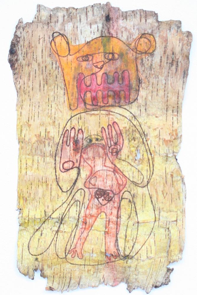 Ein Stück Birkenrinde mit eingebrannter Zeichnung. Sie zeigt einen Menschen, der von einem Bären geschützt wird.  Die Zeichnung ist in gelb, orange, rot coloriert.