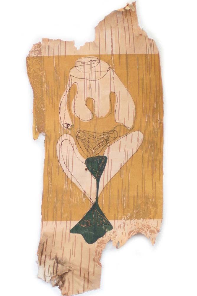 Ein Stück Birkenrinde mit eingebrannter Zeichnung und Siebdruck. Das Motiv: ein Mensch, in der rituellen Geburtshaltung. Der Druck ist in gelb und grün ausgeführt.