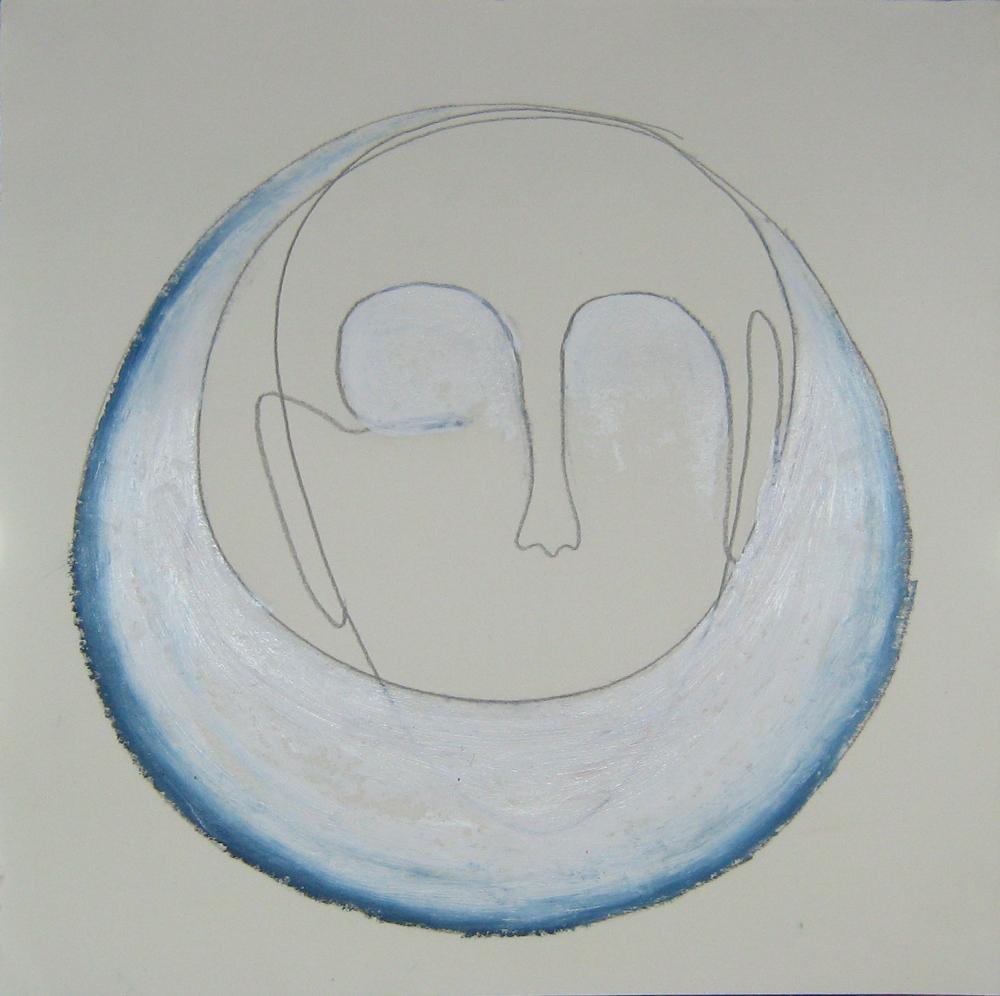 Zeichnung mit Bleistift und Ölpastell auf wollweißem Papier. Ein Gesicht hinter einer Mondform. Die Sichel ist blau und weiß coloriert, der Augenbereich weiß.
