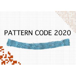 Das Bild zeigt ein Heftcover mit kariertem Hintergrund. rechts oben ist ein code aus Nullen und Einsen. links unten ist ein code aus weißen und schwarzen kästchen. In der Bildmitte ist ein gewebtes Band. Über der Schrift steht der Titel: Pattern Code 2020. Das Bild verlinkt zur Arbeit Pattern Code