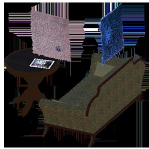 Das Bild zeigt ein Sofa, einen kleinen runden Tisch und zwei Gewebe. sie stehen frei im Bild.  das Bild verlinkt zur Arbeit webstube